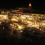 Plaza Jamaa el Fna. Al fondo puede verse la Mezquita Koutoubia